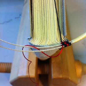 How to Sew a Double Endband (Tuplakapiteelinauhan ompeleminen)
